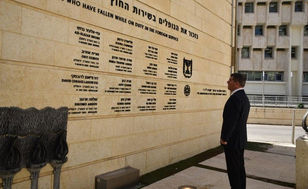 גבי אשכנזי נכנס למשרד החוץ