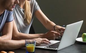 זוג במחשב (צילום: shutterstock | fizkes)