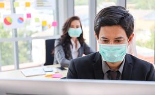 עובדים במשרד עוטים מסכות (צילום:  PhotoByToR, shutterstock)