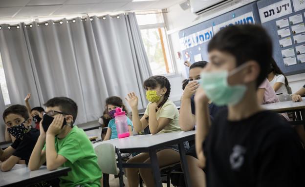 תלמידים עם מסכות בכיתה
