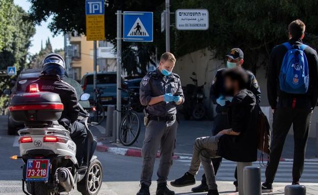 שוטרים אוכפים את הסגר בערב פסח 2020 (צילום: by Guy Prives, Getty Images)