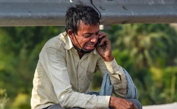 תמונת מהגר העבודה בהודו שהפכה לסמל (צילום: סוכנות PTI)