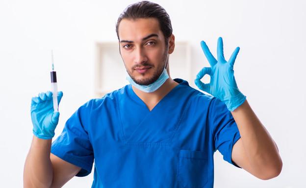 רופא עם זריקה (צילום: Elnur, shutterstock)