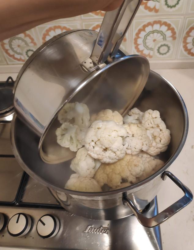 נועה מבשלת כרובית מוקרמת