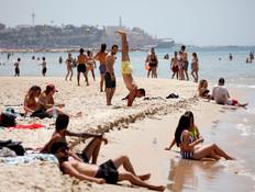 הישראלים נוהרים לחופי הים (צילום: Reuters)