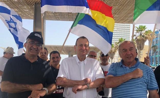 """ראש עיריית ת""""א יפו רון חולדאי בחוף בת""""א מגיע לתמוך"""