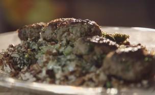 קבב על מצע סלט חורטה (צילום: מתוך אמהות מבשלות ביחד, ערוץ 24 החדש)