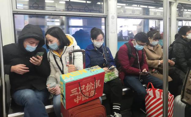 סינים ברכבת, קורונה (צילום: helloabc / Shutterstock.com)