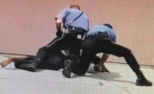 שוטרים מכים אישה טרנסית (צילום: יוטיוב )
