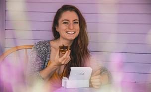 אישה אוכלת קינוח (צילום: aloragriffiths/unsplash)