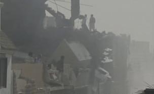 זירת התרסקות המטוס בפקיסטן (צילום: רויטרס)