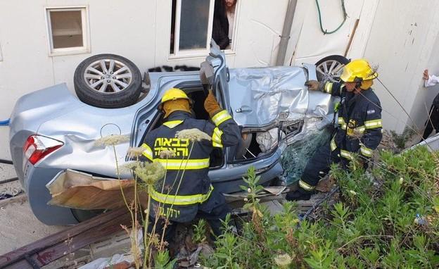 הרכב שהדרדר בבית שמש (צילום: דוברות כבאות והצלה)