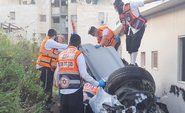 חילוץ הנהג שנפל עם רכבו בבית שמש