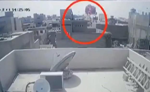 תצלום ממצלמות אבטחה של התרסקות המטוס בפקיסטן (צילום: מתוך טוויטר)