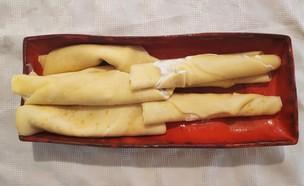 נועה מכינה בלינצ'ס גבינה (צילום: צילום ביתי)
