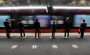 שומרים מרחק בהמתנה על הרציף לרכבת בצרפת  (צילום: רויטרס)