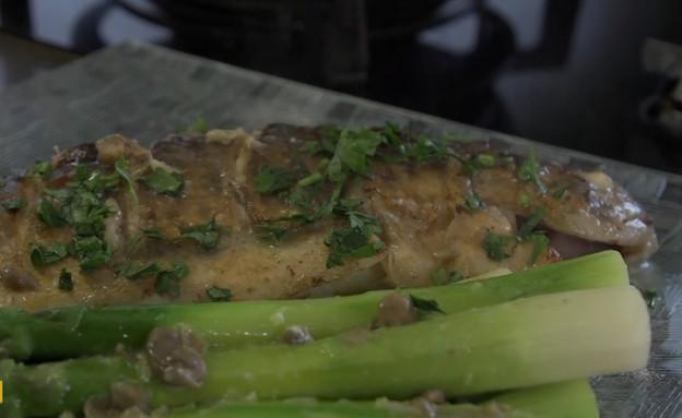 """דג פורל בחמאת לימון, שום וצלפים עם אספרגוס ירוק ופטרוזיליה  (צילום: """"ישראל מבשלת ביחד"""" ספיישל שבועות, קשת 12)"""