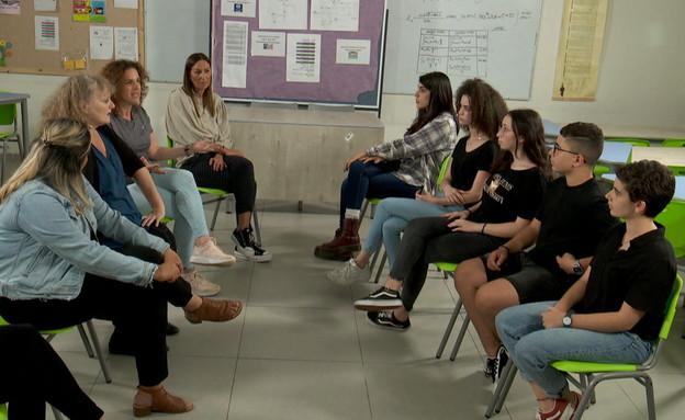 מורות ותלמידים מתעמתים על רקע קוד הלבוש לבית הספר