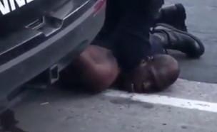 שוטר חנק  למוות גבר שחור