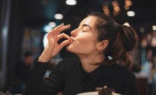 אישה אוכלת (צילום:  Happy Max, shutterstock)