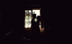 זוג בחלון (צילום: shutterstock | Kseniya Ivanova)