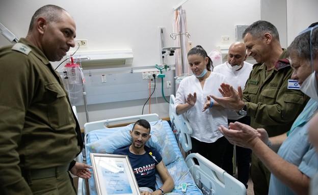 החייל שנפצע בפיגוע קיבל אות הצטיינות - בבית החולים