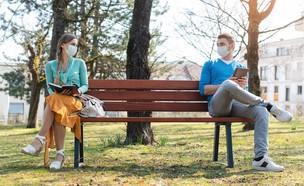 ריחוק חברתי, גבר ואישה יושבים על ספסל (צילום:  Kzenon, Shutterstock)