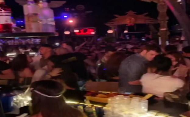 מאות מבלים חוגגים במסיבה - בניגוד להנחיות