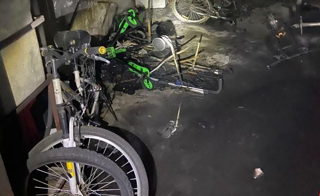 סוללת קורקינט חשמלי שהתלקחה גרמה לשרפה במקלט (צילום: כב