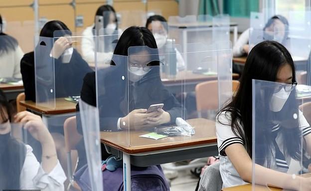 תלמידי בית ספר בדרום קוריאה (צילום: רויטרס)