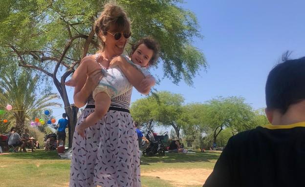 לילי שרצקי אלמליח ותינוק (צילום: באדיבות המצולמות)