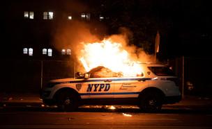 """מפגינים הציתו רכב של משטרת ניו יורק, ארה""""ב (צילום: שי פרנקו, רויטרס)"""