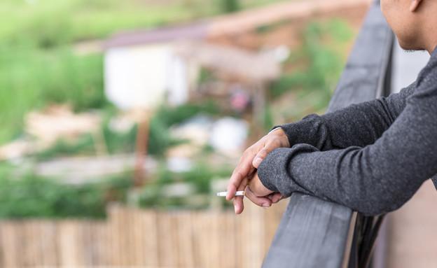 מעשן במרפסת  (צילום: Shutterstock, Photo Smoothies)
