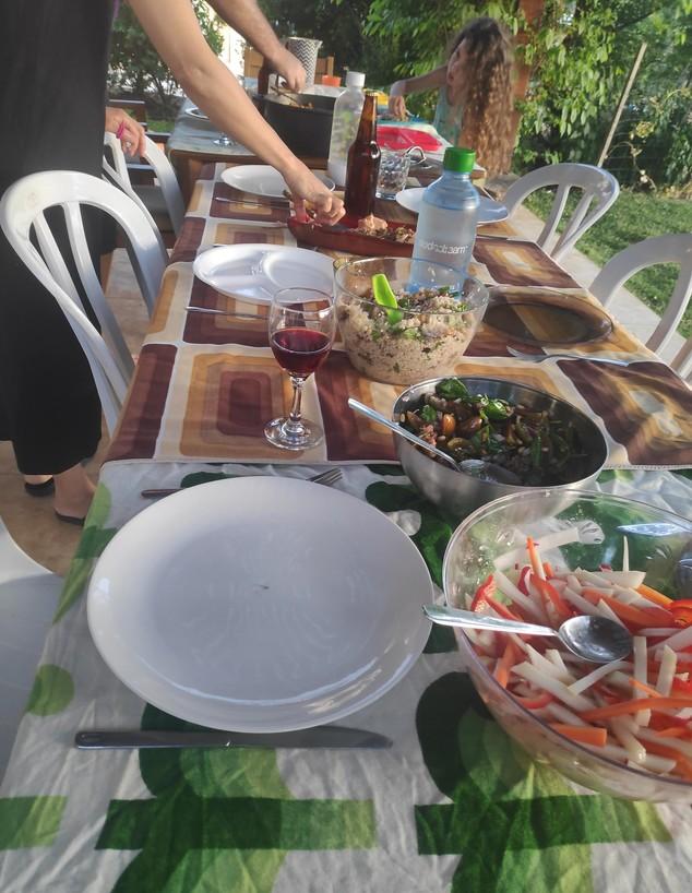 נועה מבשלת ארוחת ערב לחברים