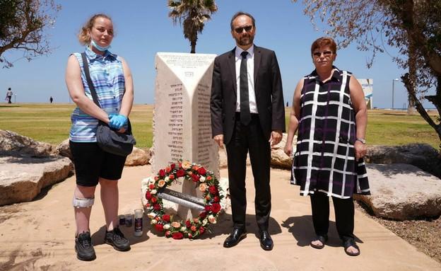 שגריר האיחוד האירופי בישראל באנדרטה לפיגוע בדולפינ (צילום: רוני קאופמן)