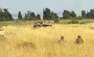 """טנקים של צה""""ל מול חיילי צבא לבנון חמושים סמוך לגבו"""