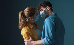 מתנשקים עם מסכה, קורונה (צילום: shutterstock)