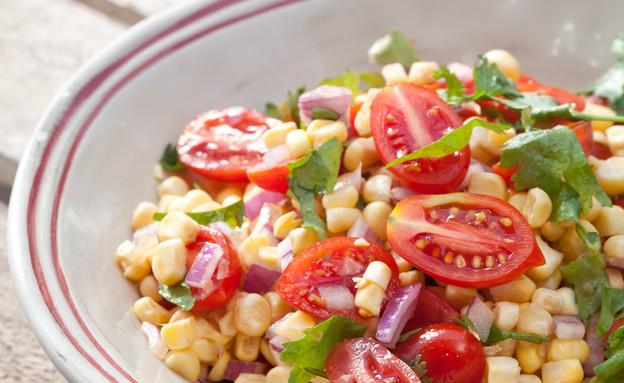 סלט של תירס טרי ועגבניות שרי (צילום: כפיר חרבי, אוכל טוב)