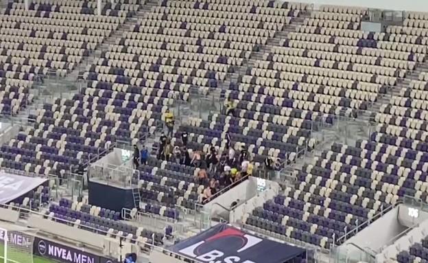 עשרות אוהדי מכבי ת״א פרצו לאצטדיון בלומפילד