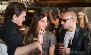 שני גברים ואישה שותים קוקטיילים בפאב (אילוסטרציה: Pavel L Photo and Video, shutterstock)