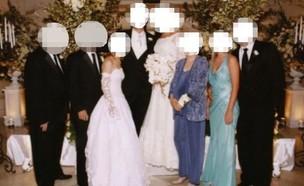 אם החתן לבשה שמלת כלה (צילום: פייסבוק)