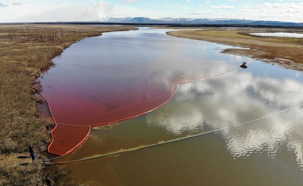 זיהום נפט בנהר ברוסיה (צילום: באדיבות גרינפיס)