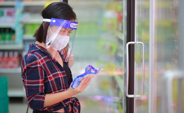 אישה עם מגן פנים, קורונה (צילום: hareluya, shutterstock)