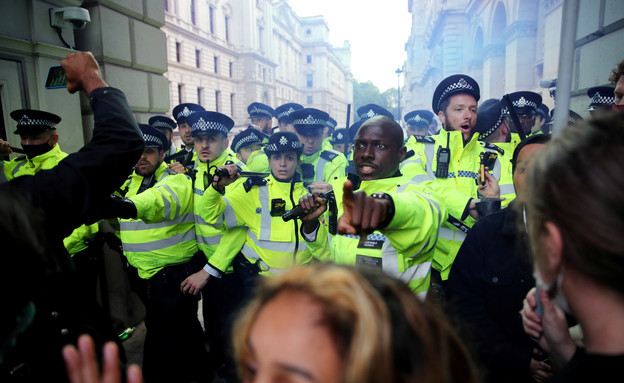 המחאות בבריטניה מתלהטות (צילום: שי פרנקו, רויטרס)