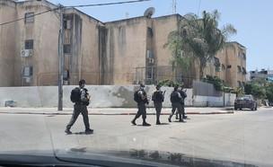 פעילות המשטרה בג'ואריש לאחר הירי לעבר הניידת (צילום: אור רביד, N12)