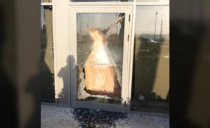 נופצו חלונות סניף ארומה במתחם צומת עמיעד