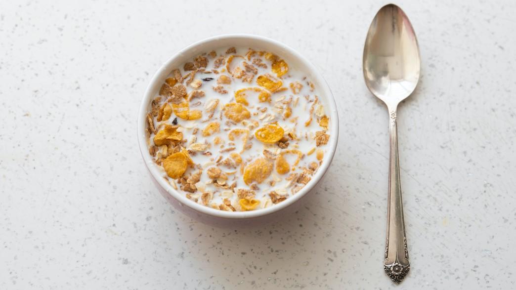 קערת דגני בוקר עם חלב (צילום: engin-akyurt, unsplash)