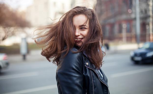 אישה צעירה מחייכת (צילום:  Natalia_Grabovskaya, shutterstock)