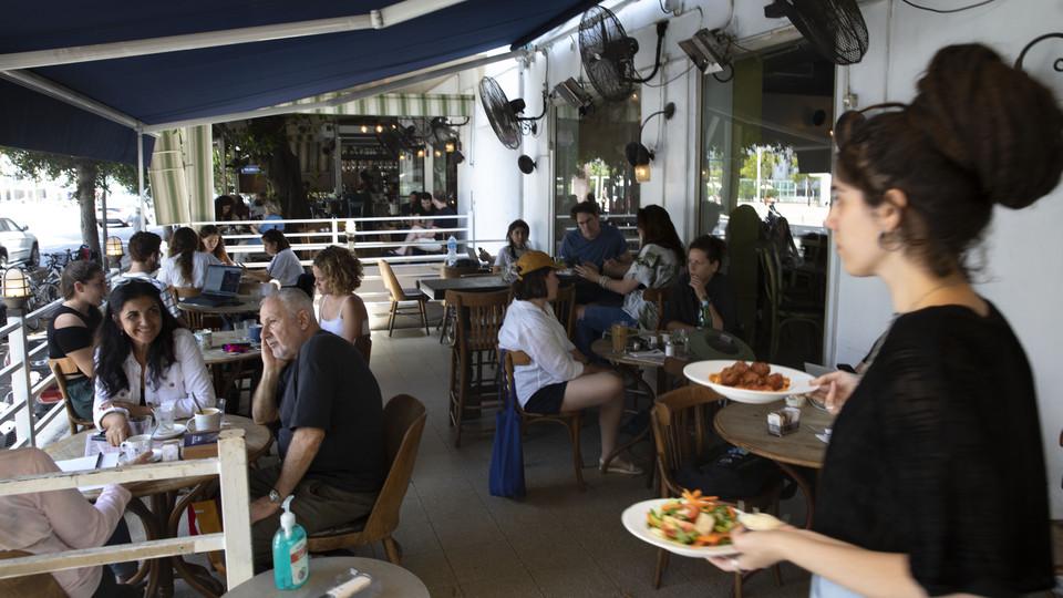 קורונה תל אביב מסכות מסעדות (צילום: Sebastian Scheiner, ap)