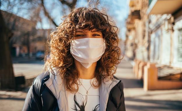 אישה חובשת מסכה (צילום:  progressman, shutterstock)